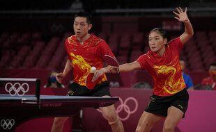 La paire chinoise de double mixte en action, samedi 24 juillet 2021.