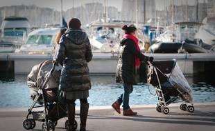 Marseille le 16 d?cembre 2010 - Illustration sur les femmes qui ont des enfants , se consacrent ? leur famille et sont plus expos?es ? la pr?carit? professionnelle