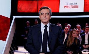 Le candidat Les Républicains François Fillon sur le plateau de l'Emission politique sur France 2 le 23 mars 2017