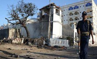 Le bilan du double attentat à la voiture piégée perpétré mercredi devant un hôtel à Mogadiscio est passé à onze morts, trois personnes étant décédées des suites de leurs blessures
