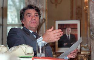 Le ministre de la Ville, Bernard Tapie, répond à la presse dans son bureau au ministère, le 4 février 1993, à Paris.
