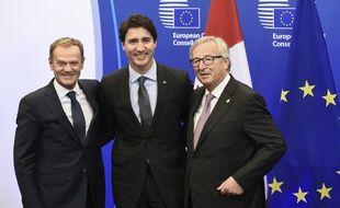 Le président du Conseil européen Donald Tusk, le Premier ministre canadien Justin Trudeau et le président de la Commission européenne Jean-Claude Juncker, à Bruxelles, le 30 octobre 2016.