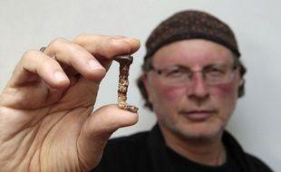 Simcha Jacobovici prétend avoir trouvé des clous ayant servi à la crucifixion de Jésus, à Tel Aviv, en avril 2011.