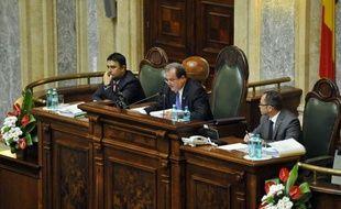 """La nouvelle coalition de centre-gauche au pouvoir en Roumanie a lancé une offensive mardi dans la guerre qui l'oppose au président de centre-droit en limogeant, dans un vote surprise et contesté le président du Sénat, un véritable """"coup d'Etat"""", selon l'opposition."""