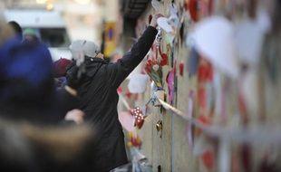 Des Suédois déposent des fleurs et des messages de soutien à la communauté musulmane après qu'un incendie criminel a détruit une mosquée à Eskilstuna le 26 décembre 2014