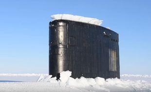 L'USS Hartford lors de sa remontée à la surface dans l'Arctique.