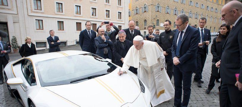 Le pape a signé la voiture Lamborghini, le 15 novembre 2017 à Rome, qui sera vendu aux enchères pour aider plusieurs associations.