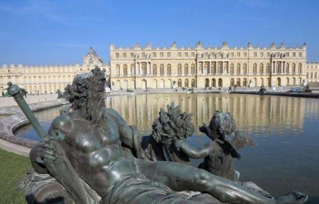 La facade du château de Versailles et la statue de neptune, le 17 mai 2014