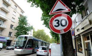 Photo prise le 15 septembre 2015 à Grenoble d'un panneau de limitation de vitesse à 30 km/h