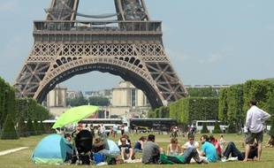 Le 27 juin 2010, la canicule n'était pas encore là, mais les Parisiens profitaient déjà du retour de la chaleur et du soleil au pied de la Tour Eiffel.