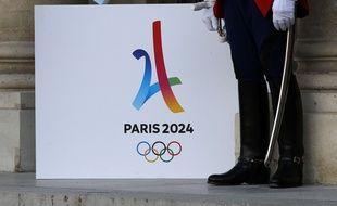 Un garde républicain™ à côté du logo de Paris 2024 ®.