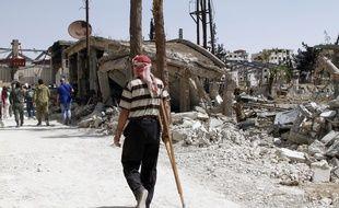Un homme marche dans les rues dévastées de Douma en Syrie le 20 avril 2018.