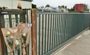 Des fleurs ont été déposées devant le transporteur de St-Germain-de-Clairefeuille, le 24 octobre 2015, dont un des chauffeurs est mort dans la collision en Gironde