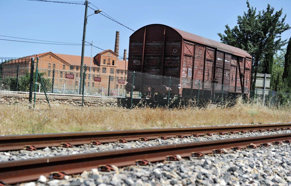 Un wagon ayant servi à la déportation des juifs pendant la Seconde Guerre mondiale devant le Camp des Milles, dans les Bouches-du-Rhône. – GERARD JULIEN / AFP
