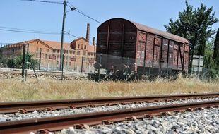 Un wagon ayant servi à la déportation des juifs pendant la Seconde Guerre mondiale devant le Camp des Milles, dans les Bouches-du-Rhône.