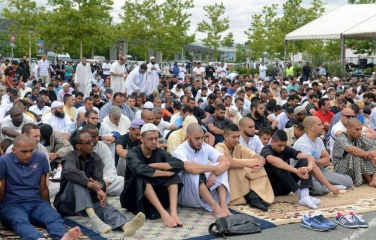 Les musulmans de France ont entamé vendredi à l'aube le jeûne du mois de ramadan qui, malgré la dureté de l'épreuve en été où les journées sont longues, gagne des adeptes dans ce pays laïque où l'islam est la deuxième religion après le catholicisme. – Remy Gabalda afp.com