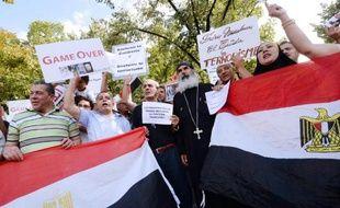 """Plusieurs centaines de personnes ont manifesté dimanche à Paris d'un côté pour soutenir l'armée égyptienne contre les """"terroristes"""", de l'autre pour dire """"à bas l'armée"""" et réclamer le retour au pouvoir du président islamiste déchu Mohamed Morsi."""
