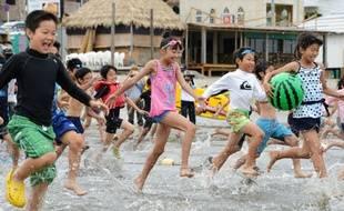 Des enfants à la plage de Zushi, près de Tokyo, le 27 juin 2014.