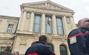 Près de cent pompiers sont venus soutenir leurs collègues devant le palais de justice de Nice.