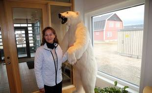 Ny-Alesund (Norvège), le 17 août 2016. Ségolène Royal, alors ministre de l'Ecologie, pose devant un ours empaillé dans un restaurant lors d'un voyage en Norvège.