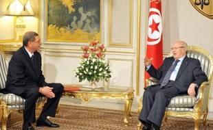 Le président tunisien Béji Caïd Essebsi (d) et le Premier ministre Habib Essid, le 5 janvier 2015 à Tunis