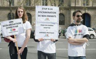 """Des militants de l'association """"Vaincre l'Autisme"""" manifestent devant la mairie de Paris, le 21 avril 2016"""
