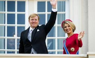 Le roi des Pays-Bas Willem-Alexander et son épouse la reine Maxima saluent la foule depuis leur balcon de leur résidence à La Haye, le 16 septembre 2014