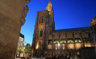 La spectacle d'été aura lieu depuis la place du château, de ce côté de la cathédrale.
