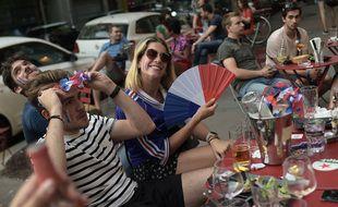Des supporters français sont assis dans un café à Paris et regardent le match de football entre la France et l'Allemagne qui se déroule à l'Allianz Arena de Munich, le 15 juin 2021.