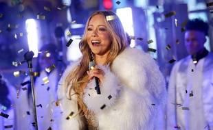 La chanteuse Mariah Carey interprète son tube de Noël « All I Want for Christmas Is You » à New York, en décembre 2017.