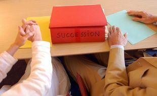 Illustration d'un dossier de succession chez un notaire.