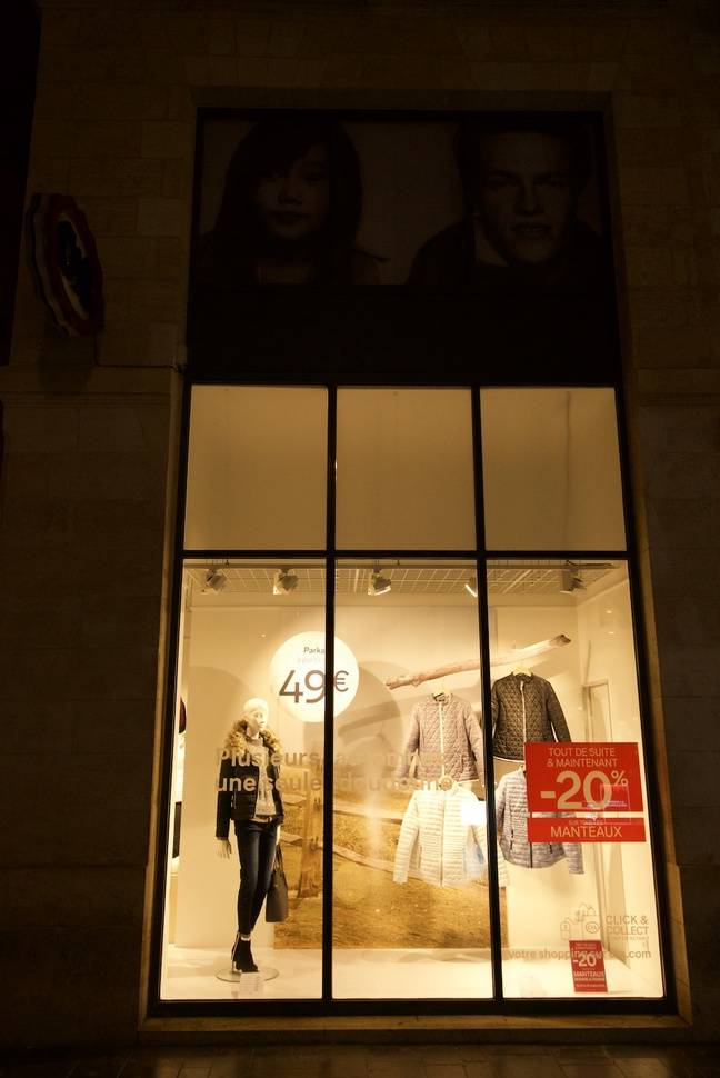 Une boutique de vêtements allumée à 2 h 05 du matin.