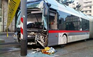 Un chauffeur du bus C1 a été pris d'un malaise et a percuté un poteau le 4 janvier. L'accident a fait trois blessés légers, dont le conducteur.