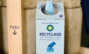 Un bac pour recycler les masques à la mairie du 9e.