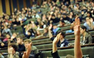 Des étudiants participent à une assemblée générale à l'université de Strasbourg, le 04 février 2009, afin de décider des actions à mener dans le cadre du mouvement national de protestation contre le décret réformant le statut des enseignants-chercheurs. AFP PHOTO / PATRICK HERTZOG