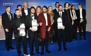 Le réalisateur Kyle Marvin, Michael Angelo Covino, Carlo Mirabella Davis et Robert Eggers posent avec le jury du Festival de Deauville le 14 septembre 2019