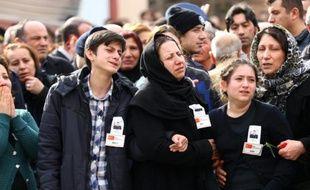 Des proches des victimes de l'attentat d'Ankara pleurent le 19 février 2016 lors des funérailles dans la capitale turque