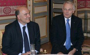 Pierre Moscovici (à g.) et Jean-Marc Ayrault, le 2 octobre à Paris.