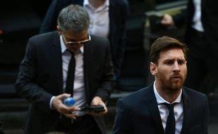 Lionel Messi, suivi de son père Jorge Horacio Messi, le 2 juin 2016 à leur arrivée au tribunal de Barcelone
