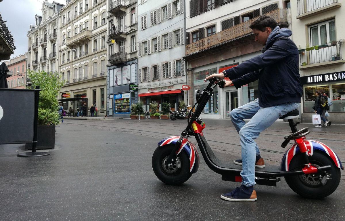 Assis, voire debout, ces trottinettes électriques strasbourgeoises sont bridées à 6 km/h en zones piétonnes. – B. Poussard / 20 Minutes.