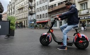 Assis, voire debout, ces trottinettes électriques strasbourgeoises sont bridées à 6 km/h en zones piétonnes.