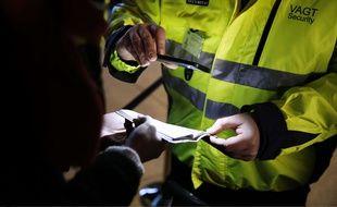 Le personnel de sécurité effectue des contrôles à l'aéroport de Kastrup, près de Copenhague (Danemark), le 4 janvier 2015.