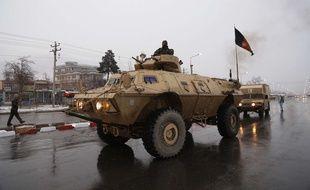 Des membres des forces de sécurité afghanes arrivent sur les lieux de l'attaque contre le complexe de l'Académie militaire à Kaboul, le 29 janvier 2018.