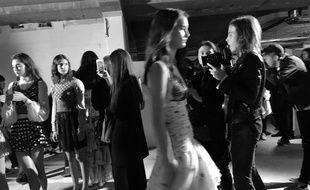 Les coulisses du défile Giambattista Valli à la fashion week de Paris le 2 octobre 2017