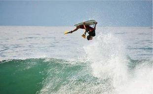 Pierre Louis Costes, licencié à l'Ocean Roots Surf Club et 2e au classement mondial provisoire, touche son rêve du bout des doigts.