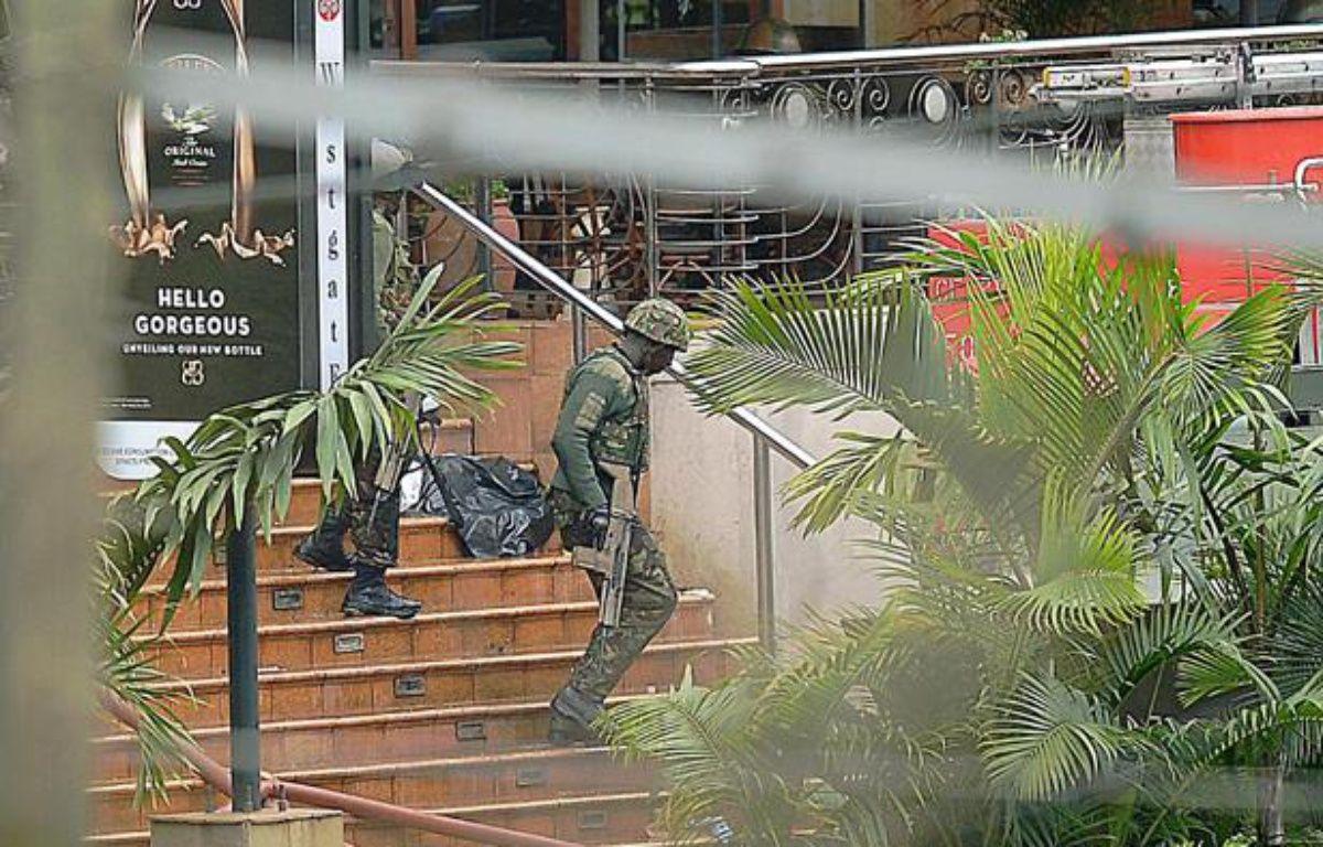 Des soldats kényans au centre commercial Westgate le 24 septembre 2013. – CARL DE SOUZA / AFP