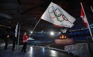 Le drapeau olympique flotte dans le stade de Vancouver, lors de la cérémonie de clôture des Jeux, le 28 février 2010.