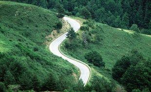 Une route des Pyrénées. Illustration.
