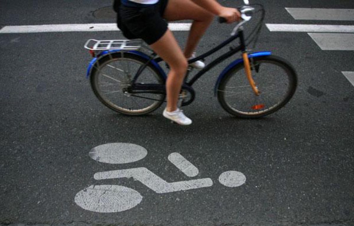 Une femme sur un vélo dans une voie réservée aux cycles. – ALEXANDRE GELEBART / 20 MINUTES