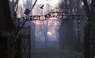 L'entrée du camp nazi d'Auschwitz le 13 janvier 2005